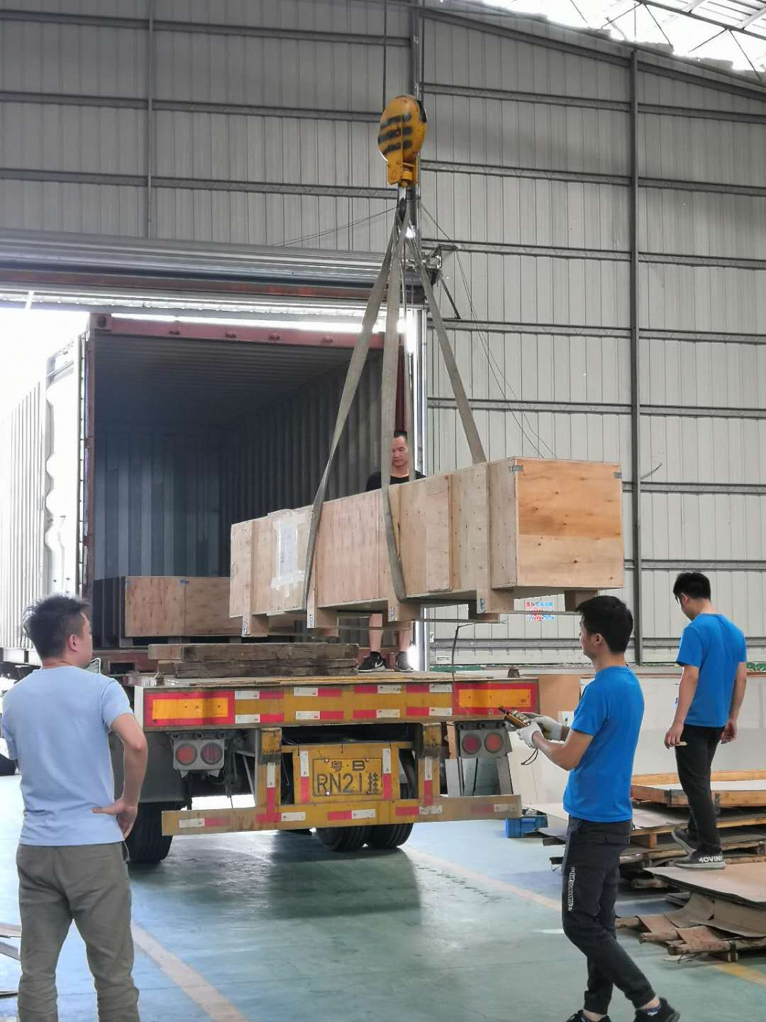 Color stainless steel decorative profiles loaded into the container